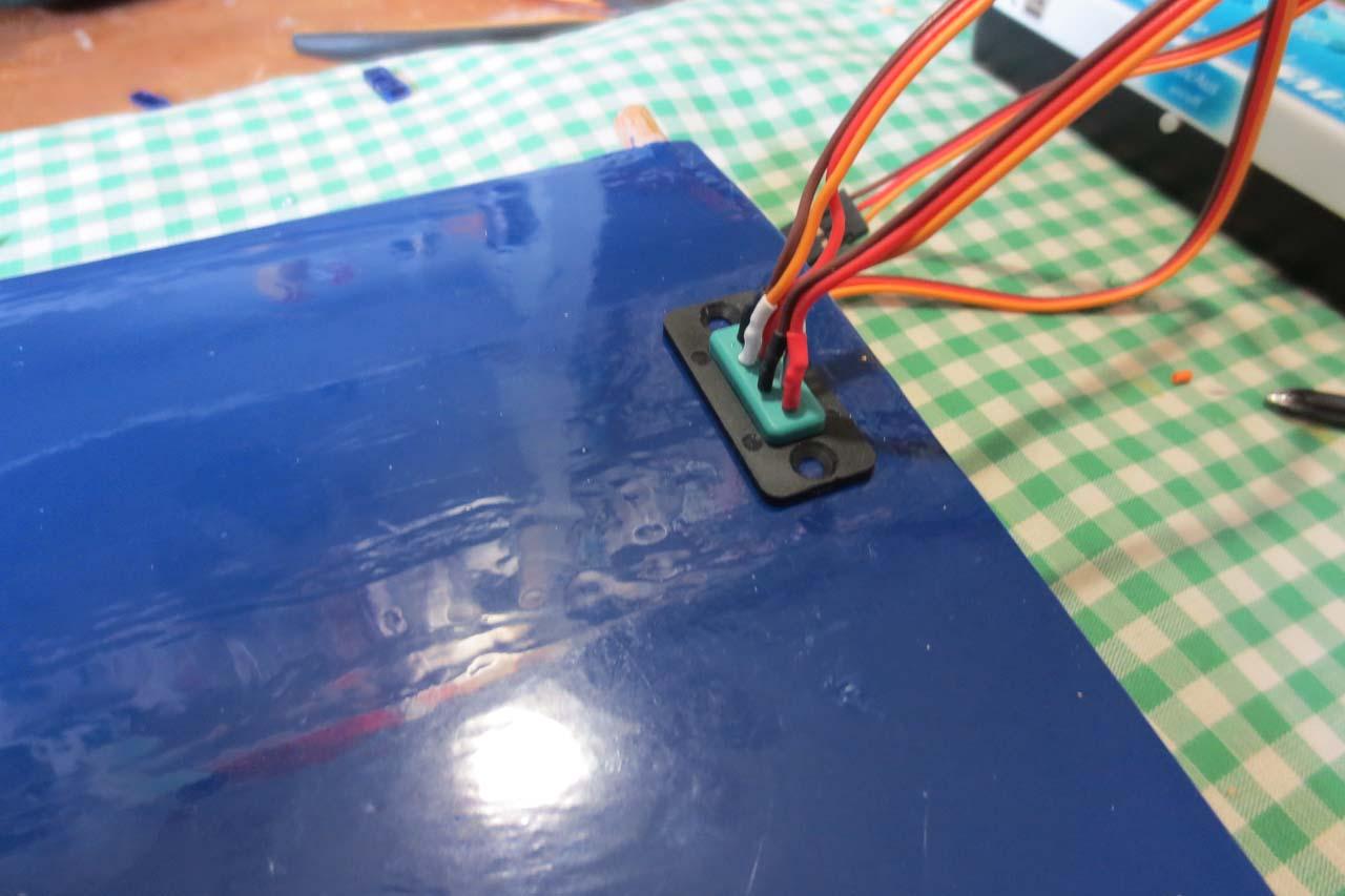 Bekabeling naar de romp via MPX stekkers.